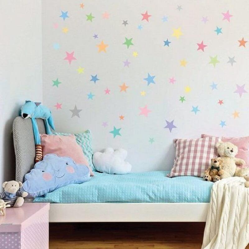 decoração de quarto infantil pequeno com papel de parede de estrelinha Foto Ideia Tive
