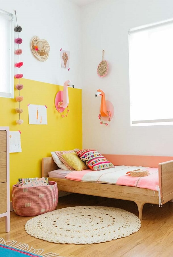 decoração de quarto infantil simples com cama de madeira e tapete de crochê redondo Foto Pinterest