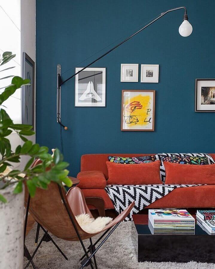 decoração de sala com espelho grande e tinta de parede azul petróleo Foto Julia Ribeiro Fotografia