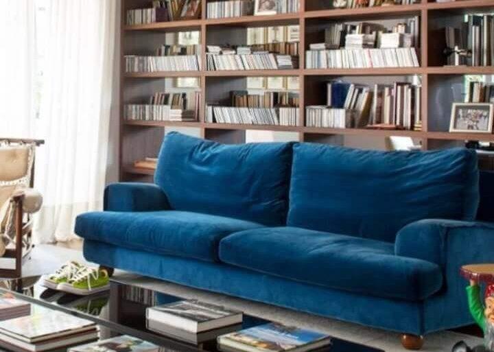 decoração de sala com estante de madeira para livros e sofá azul petróleo Foto Antonio Ferreira Junior