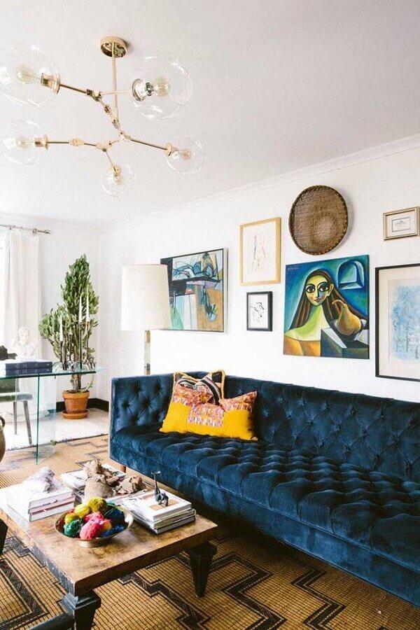 decoração de sala com sofá azul petróleo com acabamento capitonê Foto Simply Grove