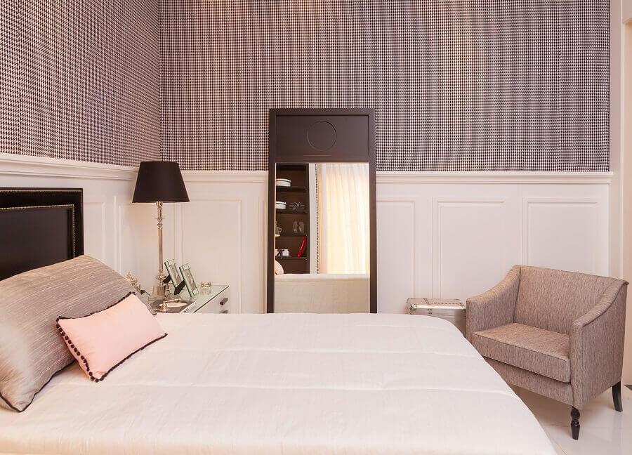 decoração em tons neutros para quarto de casal com papel de parede