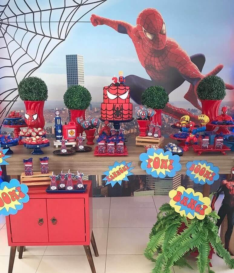 decoração festa do homem aranha com plaquinhas de balões com expressão de explosão Foto Rafa Carvalho Festas e Eventos