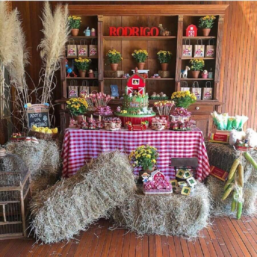 Fabiola Teles decoration party with straw and wooden bookshelf