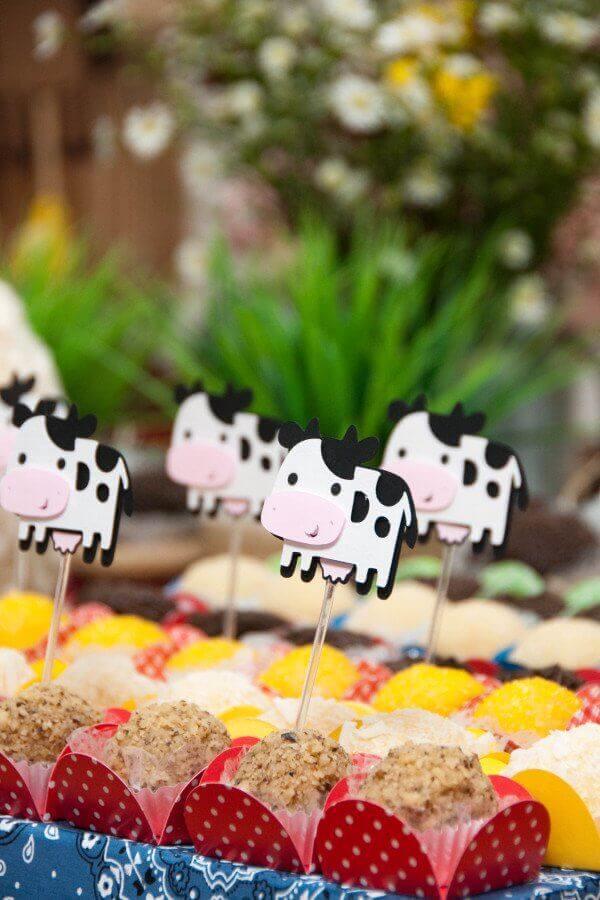 Party decoration little farm with little cow plates Photo Miss Sugar Festas