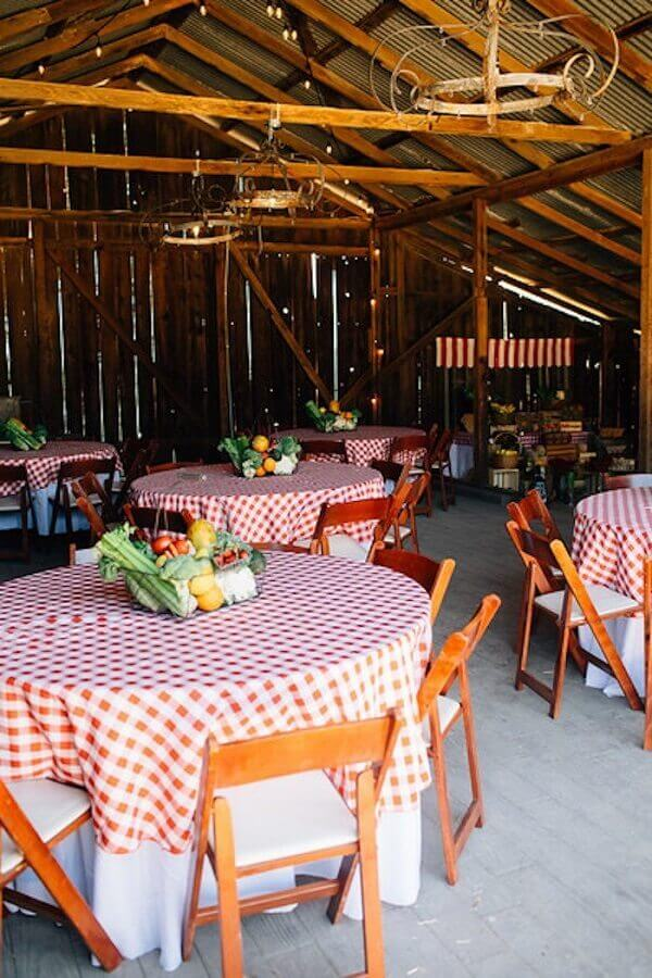 Farmhouse party decoration with checkered towel and vegetable basket Photo EpicGaming