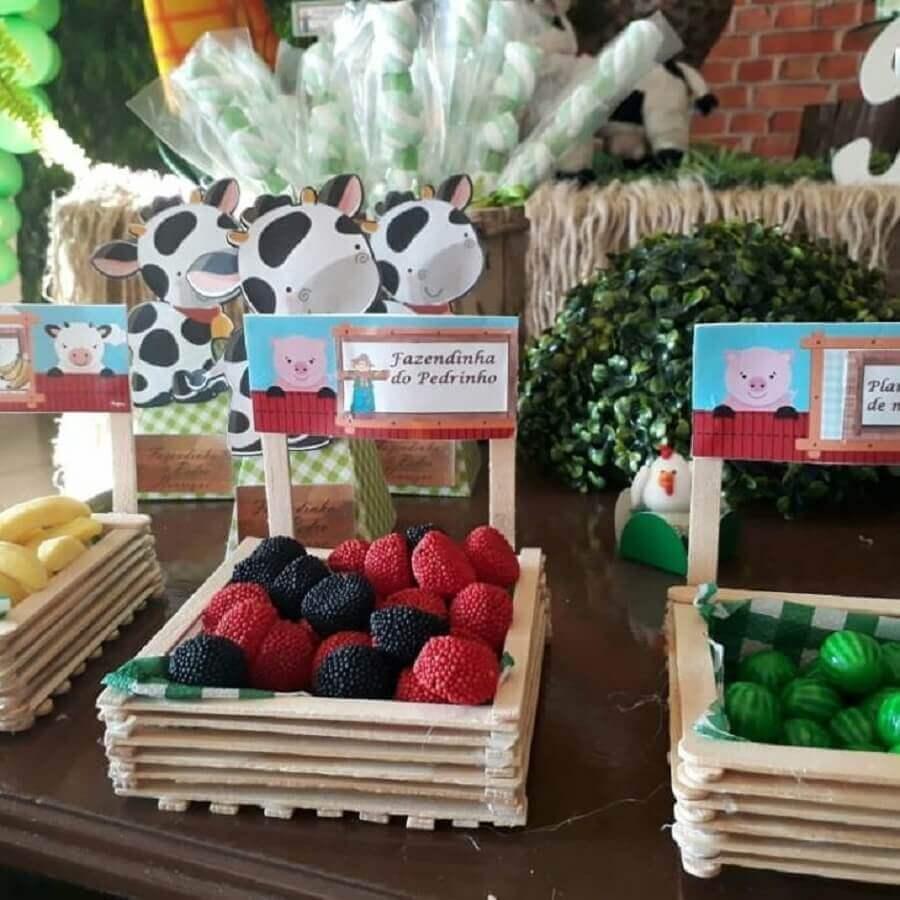 Children's party decoration little farm with sweets in rustic box Photo Festeja Festas & Events