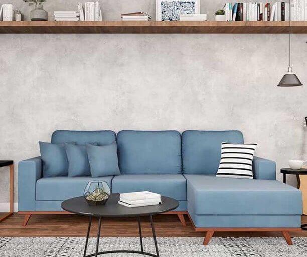 decoração moderna com sofá azul claro e parede de cimento queimado  Foto Pinterest