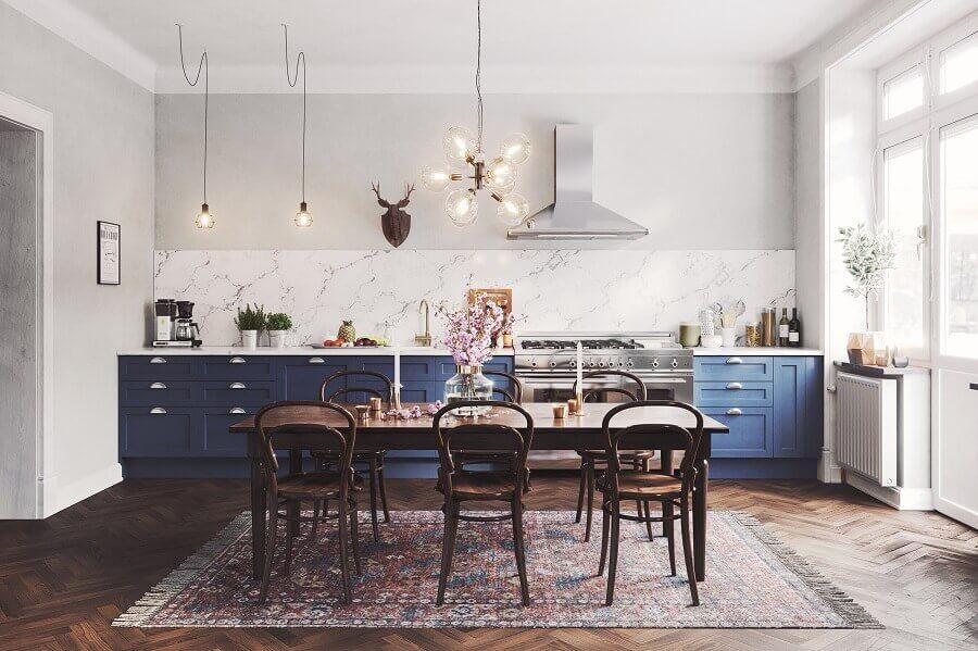 decoração para cozinha ampla com armários azul petróleo e mesa de madeira Foto Behance