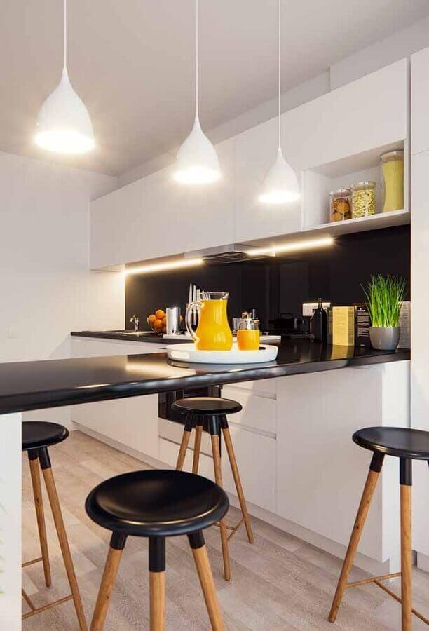 decoração para cozinha branca com bancada preta e luminária pendente Foto Wood Save
