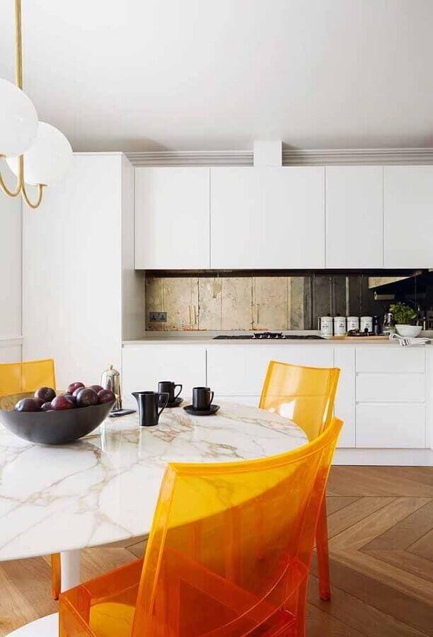 decoração para cozinha branca com cadeiras de acrílico laranja Foto House and Garden