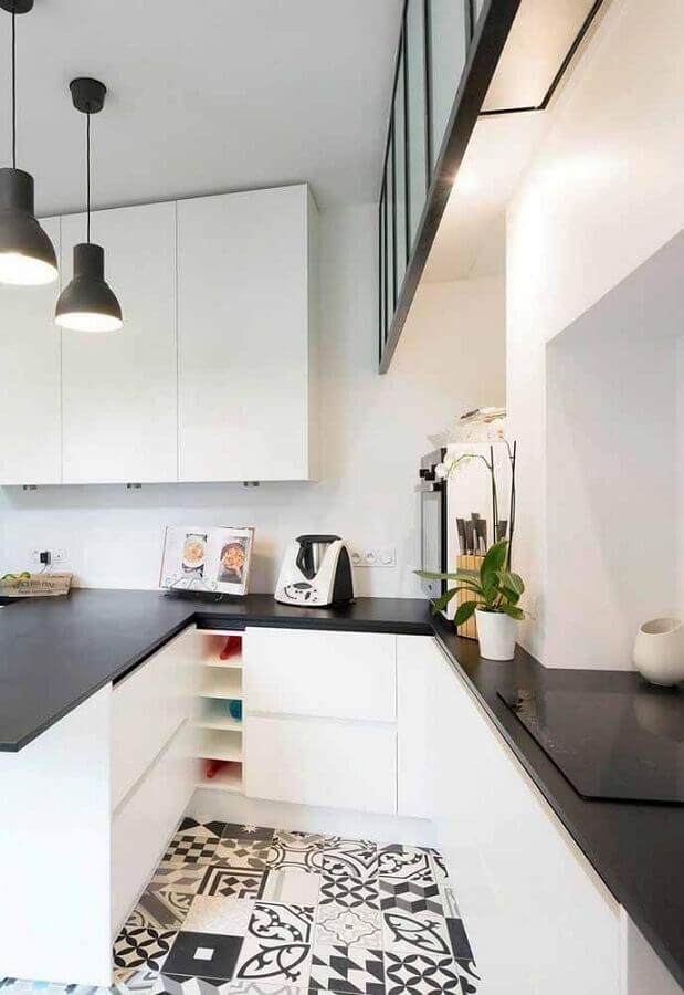decoração para cozinha branca com piso hidráulico e bancada preta Foto Pinosy