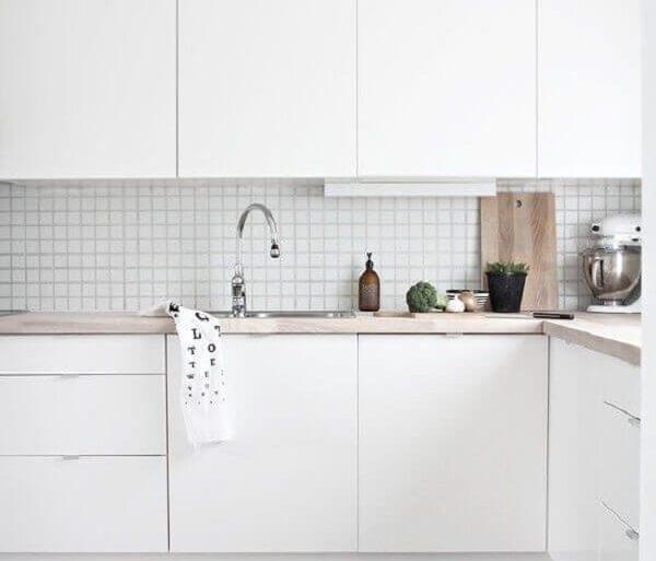 decoração para cozinha branca com tapete listrado e bancada de madeira Foto Nous Decor