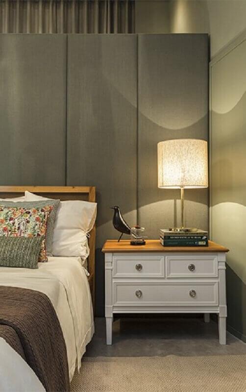 decoração para quarto cinza com criado mudo branco