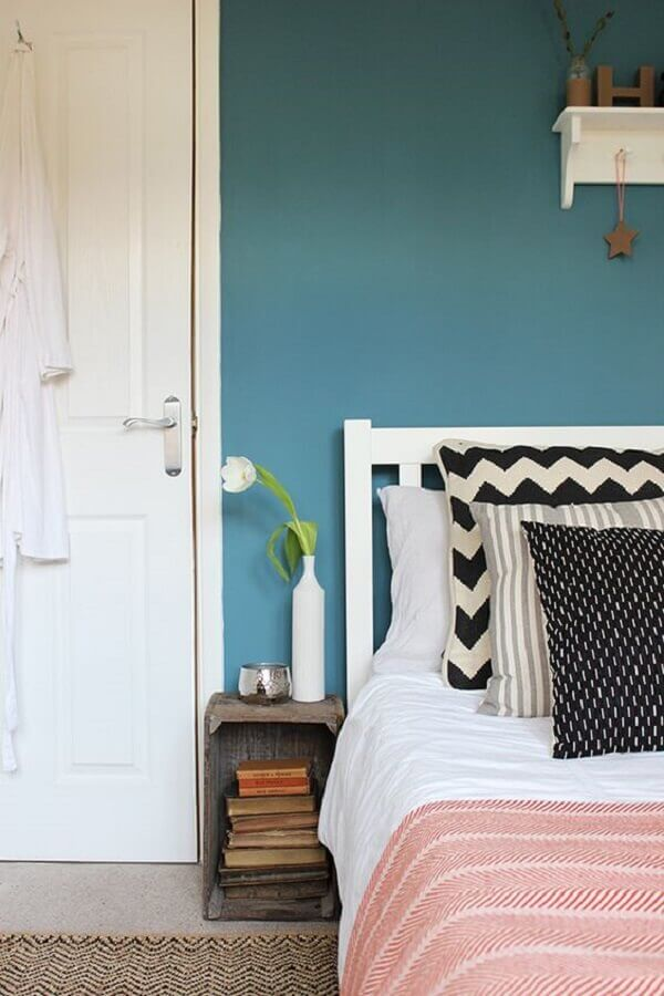 decoração para quarto com parede azul petróleo e cabeceira branca Foto Pinterest