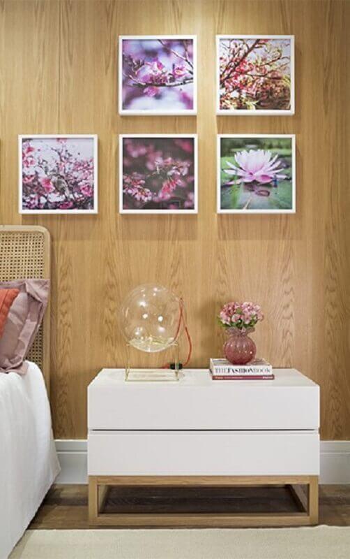 decoração para quarto com parede de madeira e quadros