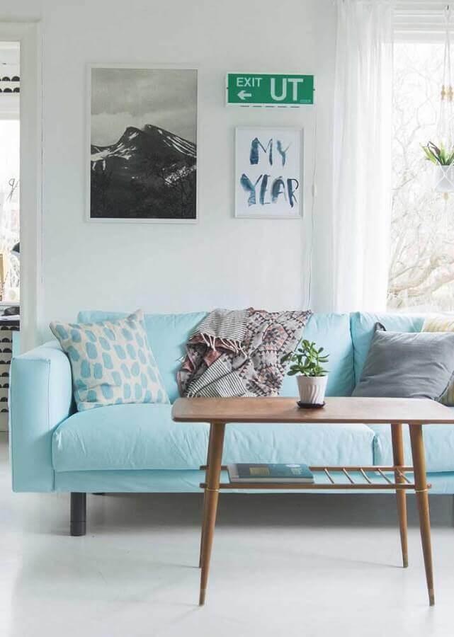 decoração para sala com sofá azul claro e mesa de centro de madeira Foto Pinterest