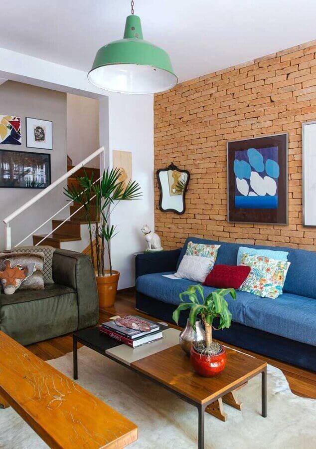 decoração para sala com sofá azul e parede de tijolinho Foto Pinosy