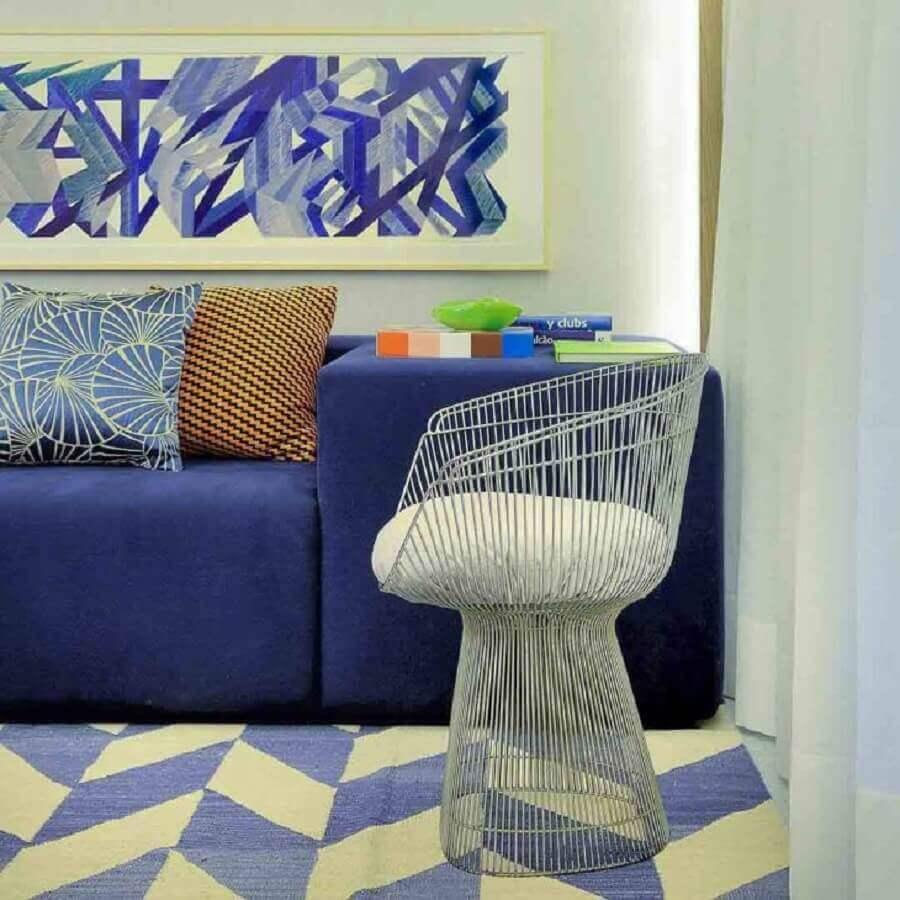 decoração para sala com sofá azul e tapete estampado bege e azul claro Foto Guilherme Torres