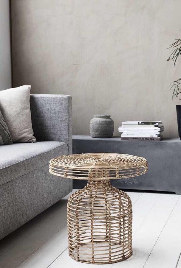 decoração para sala com sofá cinza e mesa de centro rattan Foto Homebagus