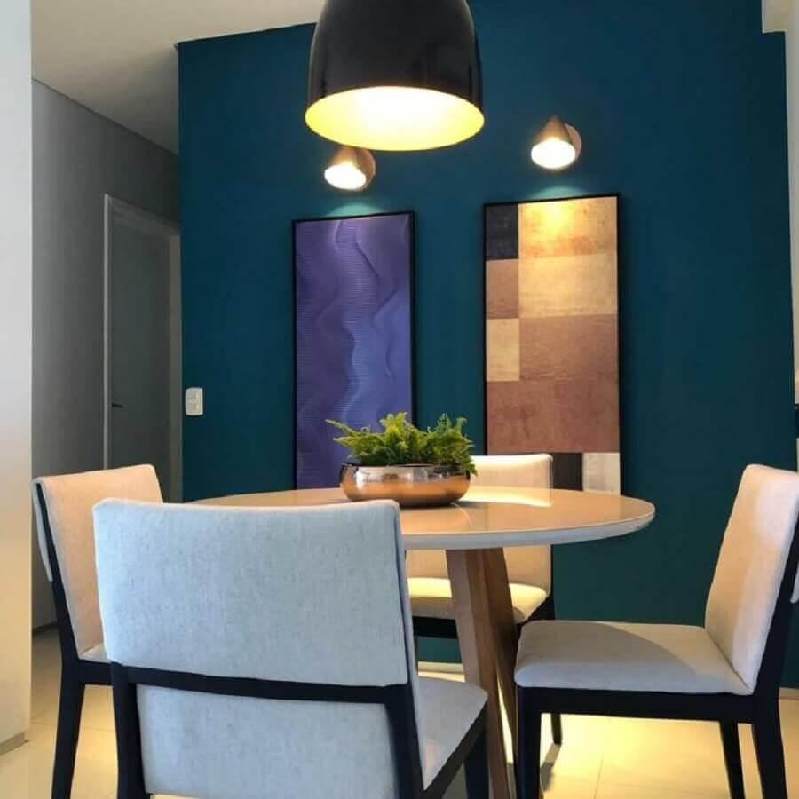 decoração para sala de jantar com mesa pequena e parede azul petróleo Foto Tassia Carvalho
