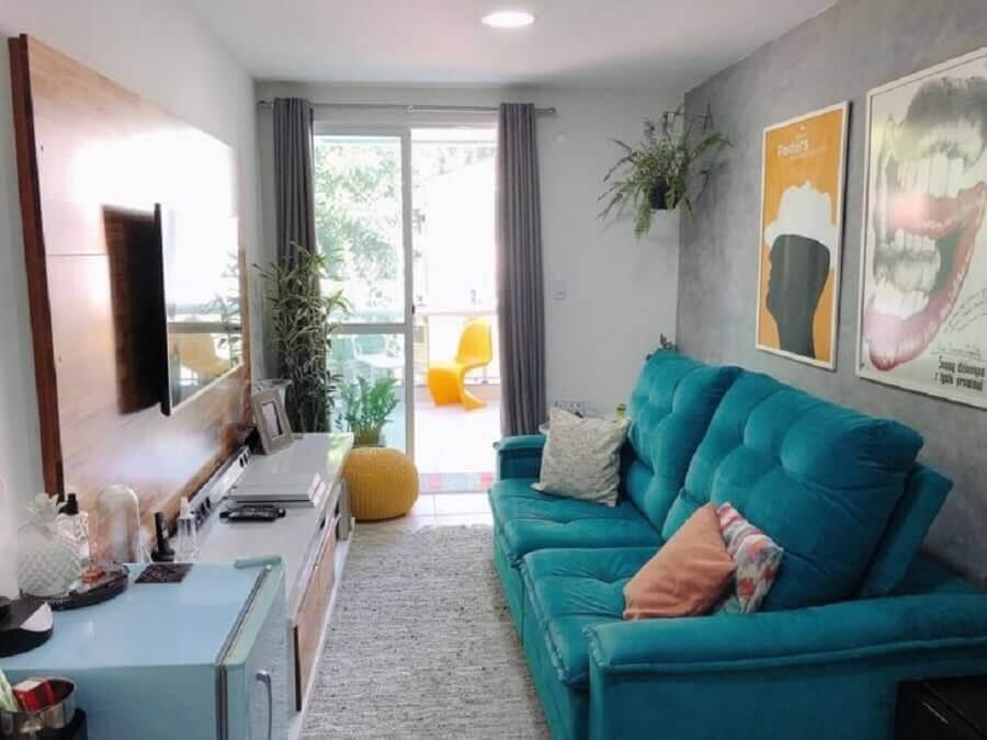 decoração para sala pequena com painel de madeira e sofá azul Foto Apê Pieno di Vita