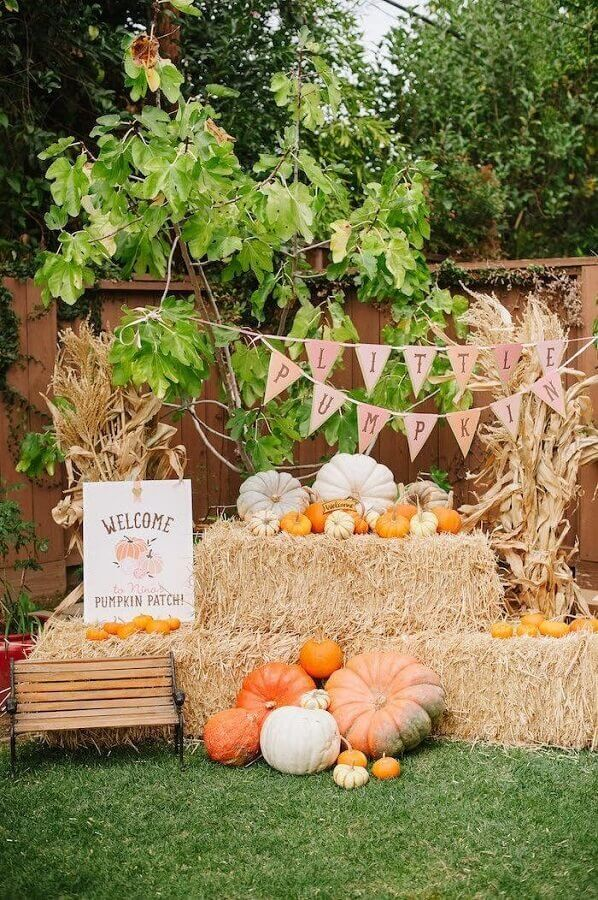 Rustic decoration with straw for outdoor farmhouse party Photo Your Crafts Detail