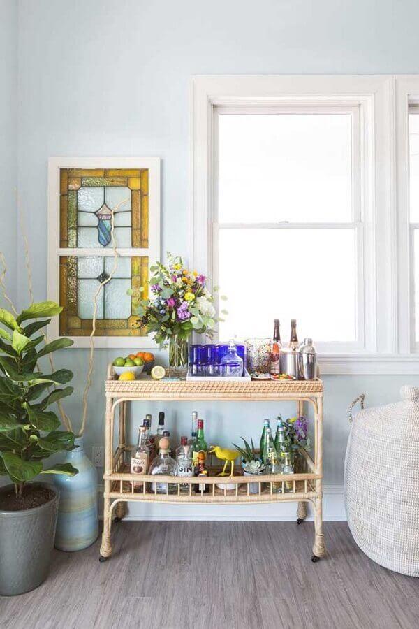 decoração simples com mesa para barzinho feita em rattan Foto Pinterest