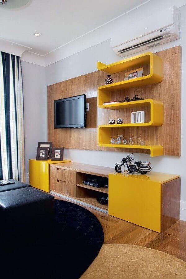 decoração simples com painel com rack e prateleira diferente amarela Foto Pinterest