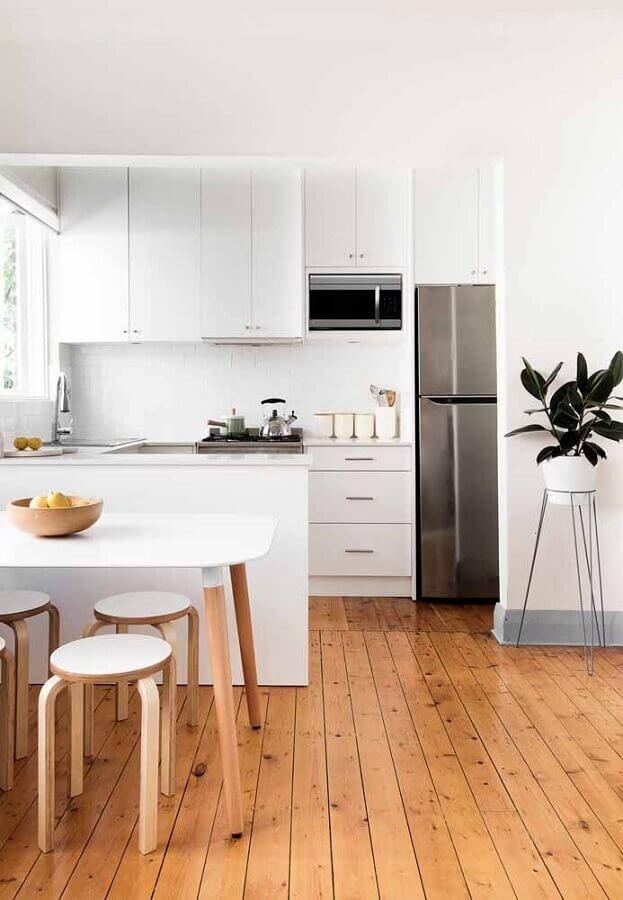 decoração simples para cozinha compacta branca com piso de madeira Foto Home Awakening