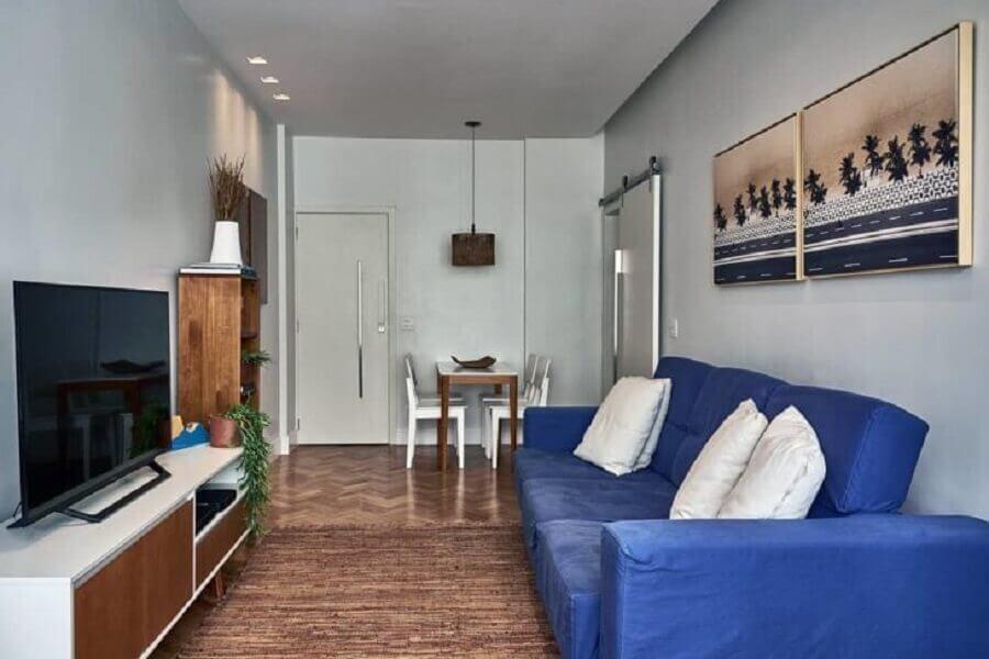 decoração simples para sala com sofá azul Foto Aiana Comelli Arquitetura