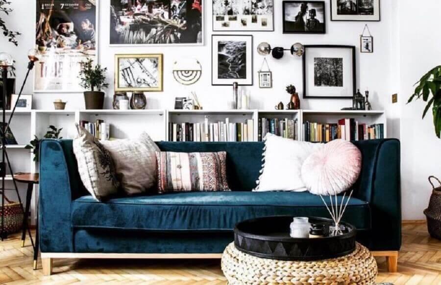 decoração simples para sala com sofá azul petróleo e parede com vários quadros Foto Magdalena Milejska