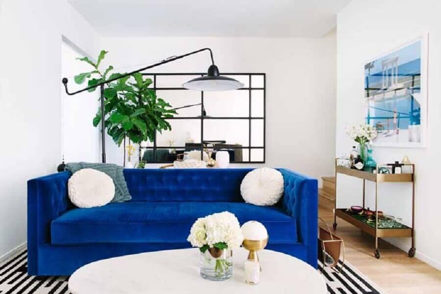 decoração simples para sala com sofá azul royal de veludo Foto Sophie Hannah Richardson