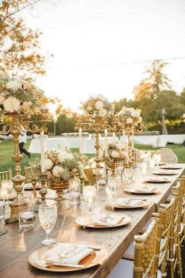 decoração sofisticada com enfeites para mesa de casamento ao ar livre com detalhes dourados Foto Ideias para Decorar