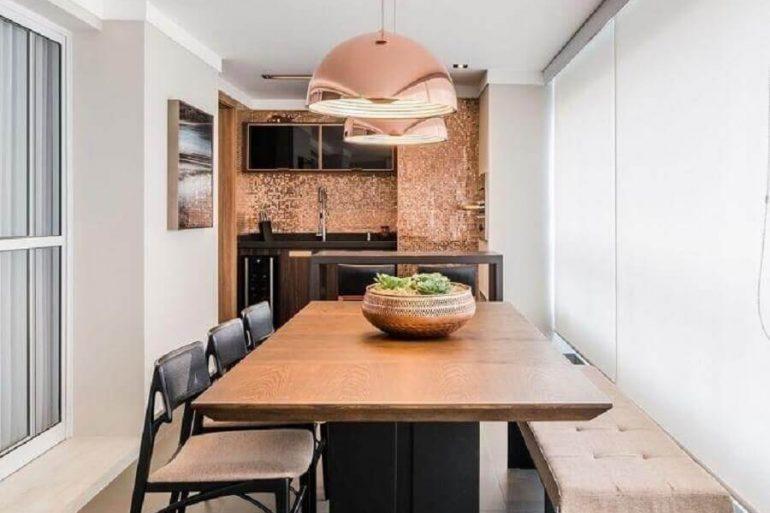 decoração varanda gourmet extreita com mesa retangular de madeira e pendente rose gold