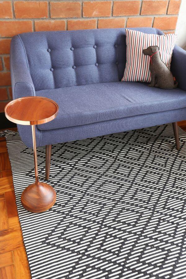 Sofá de madeira com pé palito