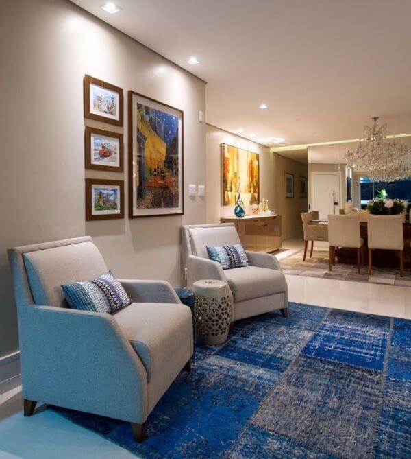Decoração da sala de estar com poltronas e cor off white tinta
