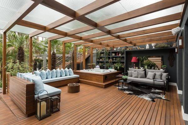 Decoração de terraço com sofá de madeira