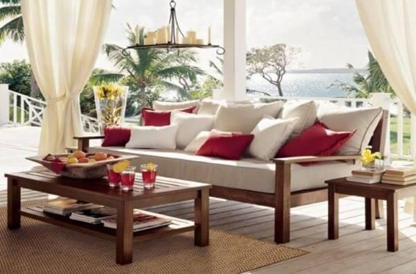 Sofá de madeira com almofadas coloridas