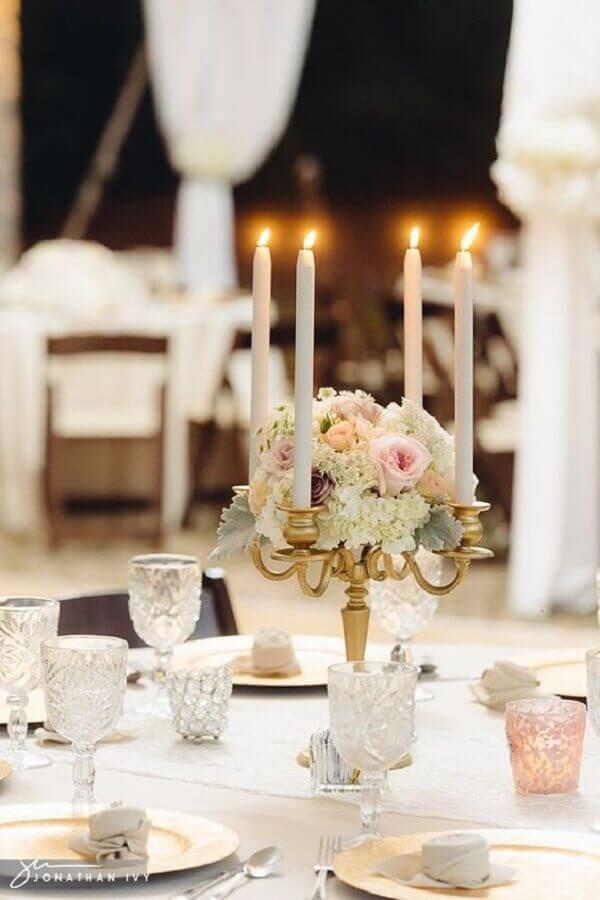 delicado enfeites de casamento para mesa de convidados com arranjo de rosas e castiçal dourado Foto Pinterest