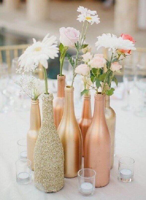 delicados enfeites de mesa para casamento com garrafas de vidro Foto Cassidy Lucille