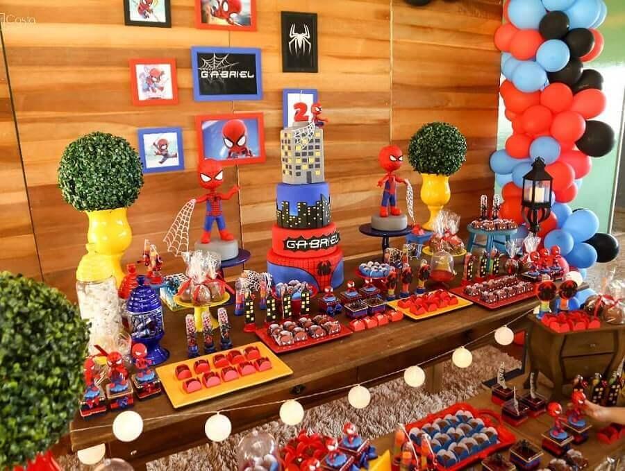 detalhes para decoração de festa do homem aranha com painel de madeira Foto Raquel Fontinele Decorações