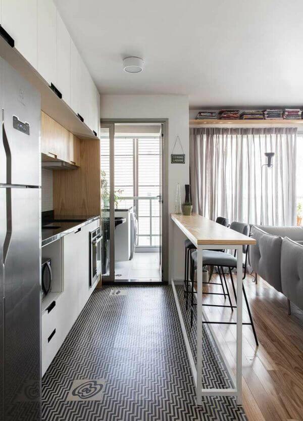 eletrodomésticos para cozinha - Bancada com tampo de madeira e banquetas de veludo