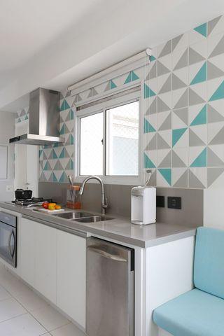 eletrodomésticos para cozinha - cozinha branca com detalhes em cinza e verde