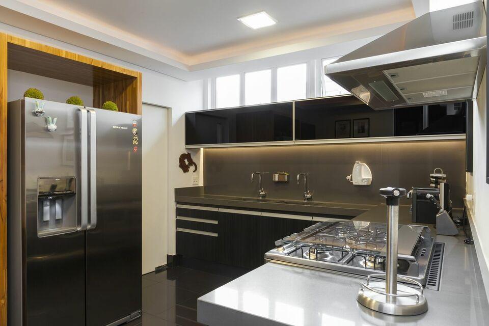 eletrodomésticos para cozinha - cozinha com armários pretos e iluminação em led