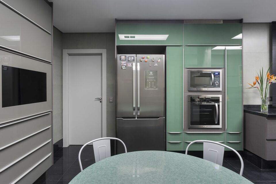 eletrodomésticos para cozinha - cozinha com eletrodomésticos inox e detalhes em verdes