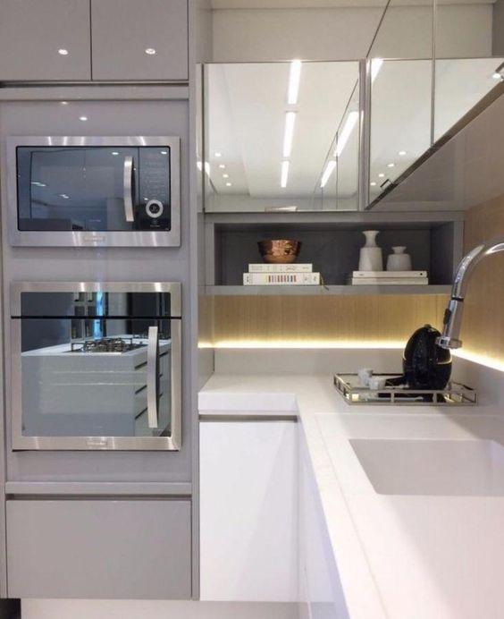 eletrodomésticos para cozinha - cozinha com móveis espelhados