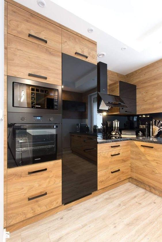eletrodomésticos para cozinha - cozinha em madeira com eletrodomésticos pretos