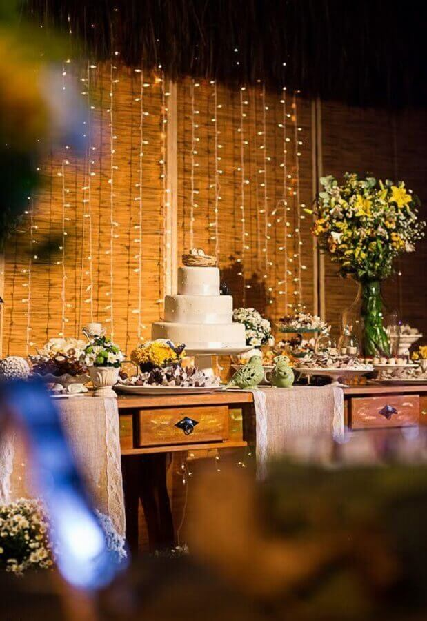 enfeite de mesa de bolo para casamento rústico com cortina de luz Foto Meu Casamento