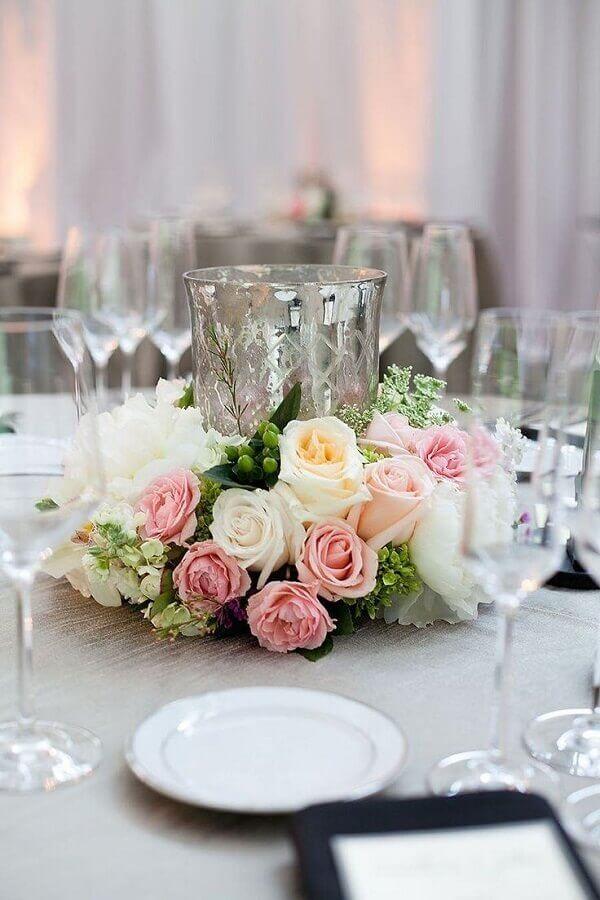 enfeite de mesa para casamento fácil de fazer com arranjo de rosas Foto Pinterest